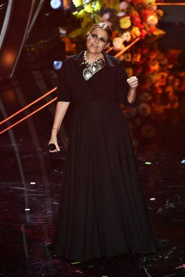 La cantante sul palco con una maxi collana con gli Ex-Voto