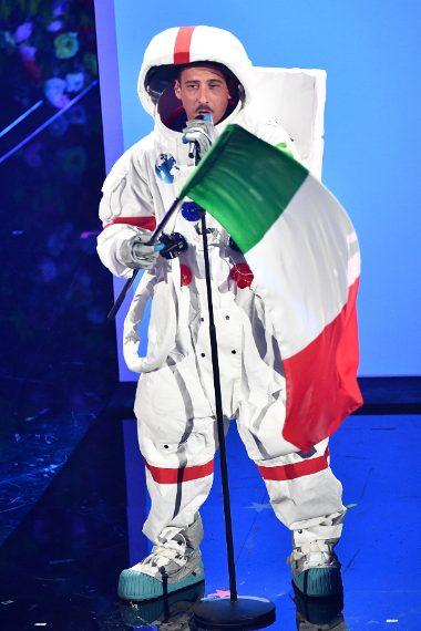 Il cantante vestito da astronauta sul palco