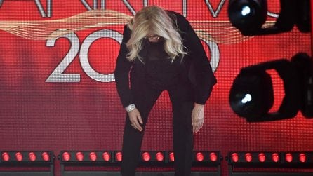Mara Venier a Sanremo 20202 arriva scalza e sul palco toglie le scarpe
