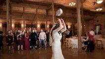 Niente bouquet, la sposa lancia un gatto di peluche: dietro c'è un motivo preciso
