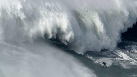 Nazaré Tow Surfing Challenge: i surfisti migliori del mondo sfidano delle onde gigantesche
