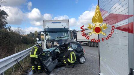 Incidente via Laurentina, scontro auto camion: morta una ragazza di 36 anni