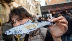 Le Sardine tornano a Roma: migliaia di persone sfidano Salvini in piazza Santi Apostoli