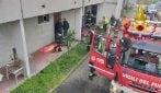 Opera, incendio in appartamento: 5 gatti morti soffocati, i pompieri ne salvano uno con l'ossigeno