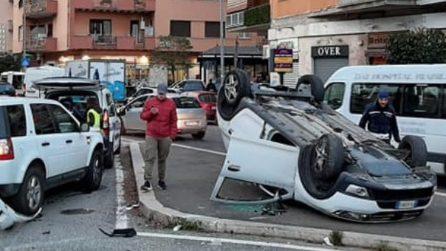 Incidente a piazza Durant a Monteverde: un'auto si ribalta