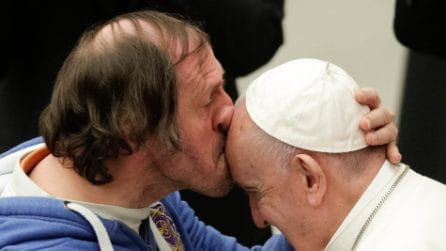Il fedele che bacia in fronte Papa Francesco: la bellissima scena in Vaticano