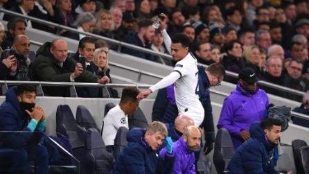 Tottenham, Dele Alli si arrabbia per la sostituzione e rompe una bottiglietta