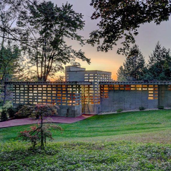 LaToufic H. Kalil House si trovaa Manchester, nel New Hampshire.La casa è un Usonian Automatic progettato negli anni '50.Mentre Usonians era la soluzione di Wright a case più economiche, costruite senza attici e scantinati e con meno ornamenti rispetto ad alcuni dei suoi altri progetti, UsonianAutomatics haportato questa idea un ulteriore passo avanti. $ 850.000