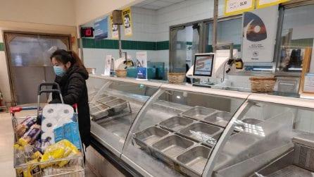 """Coronavirus, supermercati presi d'assalto a Milano: """"Scaffali vuoti, non riusciamo a fare la spesa"""""""
