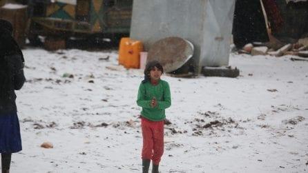Fango, freddo e neve per gli oltre 500mila bambini sfollati nel nord-ovest della Siria