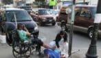 L'infermiera cura le ferite di un indigente in strada: la foto fa il giro del mondo