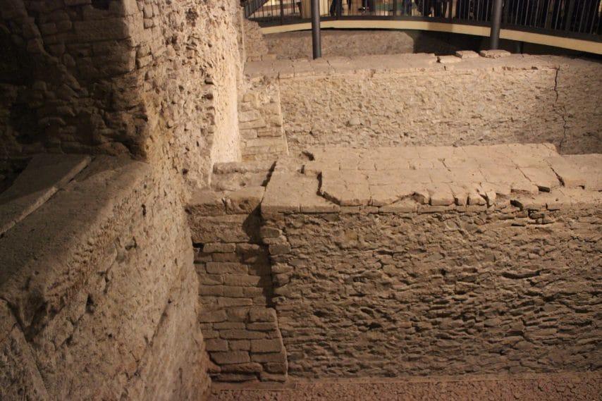 I resti dell'anfiteatro romano, tra i più grandi nel Nord Italia: aveva un diametro di 93 metri