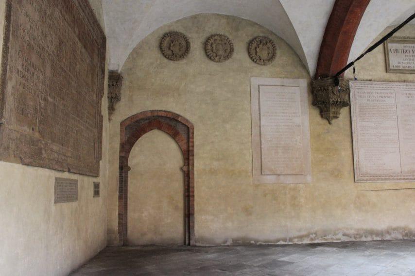 Nel cortile del Palazzo Comunale c'è una porta murata da 600 anni, a ricordo di una ribellione dei bolognesi alle ingerenze del Papa