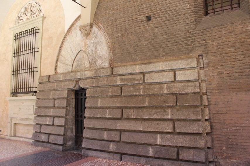la torre degli Oseletti si mimetizza sotto i portici di Strada Maggiore