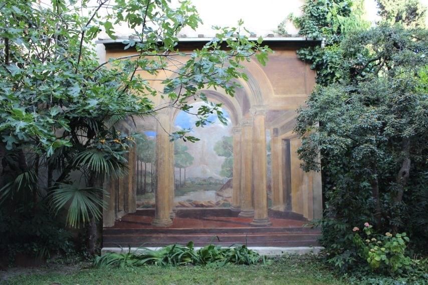 Un meraviglioso trompe l'oeil nascosto in Piazza Aldrovandi