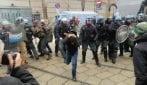 Coronavirus, rivolta dei detenuti a San Vittore: scontri tra polizia e anarchici all'esterno