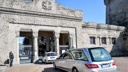 Coronavirus, l'incessante processione di carri funebri al cimitero di Bergamo