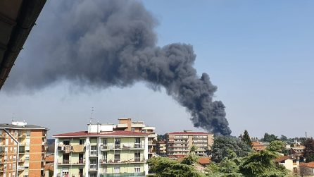 Gallarate, incendio in un'azienda di materie plastiche: alta colonna di fumo nero