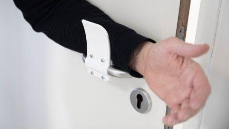 La maniglia per la porta che si usa senza mani per limitare la diffusione del COVID19