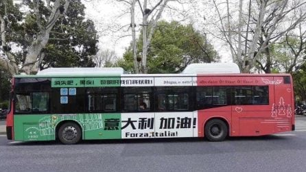 Coronavirus: la Cina sostiene l'Italia con il bus tricolore