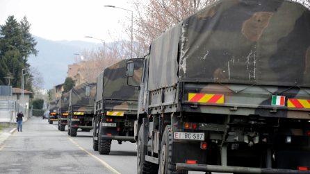 Bergamo, l'impressionante colonna dei mezzi militari che porta via le bare