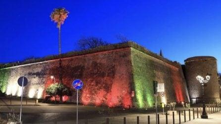 Mura e torri con il tricolore italiano, spettacolo ad Alghero
