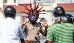 Coronavirus India, caschi a forma di virus: i poliziotti bloccano così i passanti