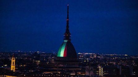 Torino, la Mole Antonelliana si veste col Tricolore: l'omaggio alle vittime