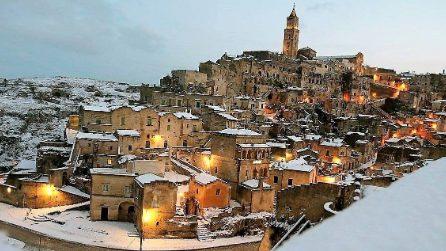 La neve imbianca i Sassi di Matera: il paesaggio è incantevole
