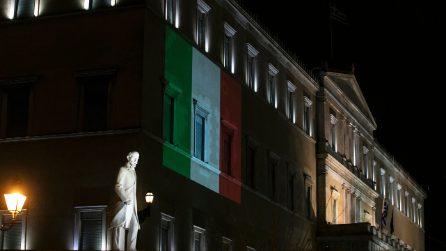 La solidarietà della Grecia per l'Italia, il tricolore sul parlamento ad Atene