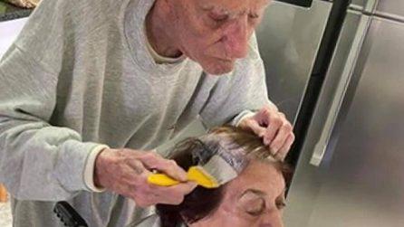 A 92 anni tinge i capelli alla moglie per la prima volta a causa della quarantena