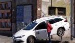 Milano, taxi ribaltato in un incidente: coinvolte 3 auto, un ferito