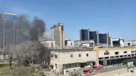 Colonna di fumo nero nel cielo: incendio nel campo rom nell'ex mercato ortofrutticolo di Gianturco