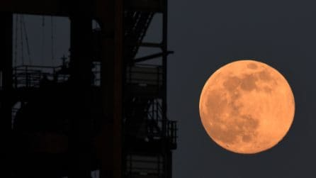 """Super Luna 2020, la """"pink moon"""" domina il cielo notturno: la più grande e luminosa dell'anno"""
