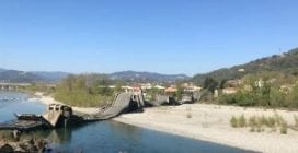 Crolla un ponte in Toscana: collegava due paesi in provincia di Massa Carrara