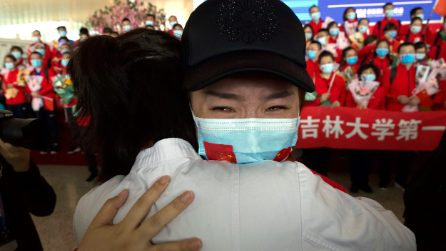 Wuhan riapre dopo 76 giorni: gli abbracci con la mascherina
