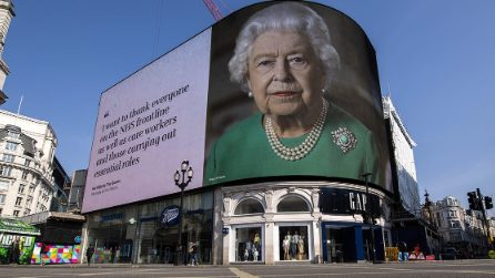 Londra, a Piccadilly Circus gigantografie della Regina con i suoi messaggi di speranza