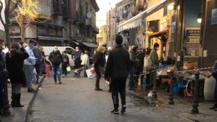 Napoli impazzisce per la zuppa di cozze: migliaia in strada per comprare il pesce
