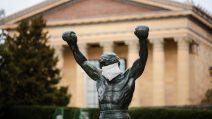A Philadelphia sulla statua di Rocky appare una mascherina