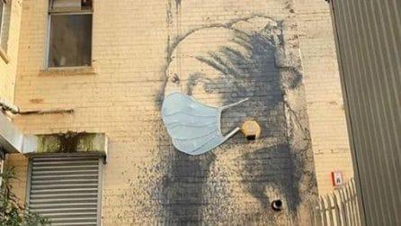 """Una mascherina per proteggere """"La ragazza con l'orecchino"""" di Banksy"""