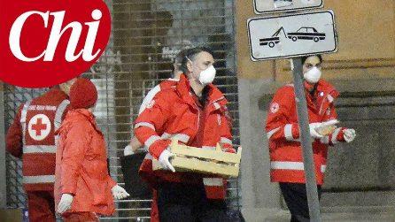 Le foto Raoul Bova e Rocio Munoz Morales volontari della Croce Rossa durante l'emergenza