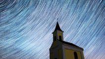 La pioggia di meteoriti nel cielo notturno: le foto creano un effetto meraviglioso
