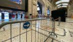 Milano, percorsi delimitati con transenne e nastri: la stazione Centrale si prepara alla Fase 2