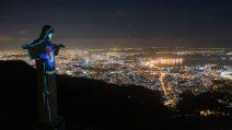 """Brasile il Cristo di Rio illuminato """"indossa"""" la mascherina"""