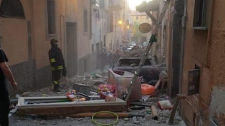 Spaventosa esplosione a Marino: ci sono persone sotto le macerie