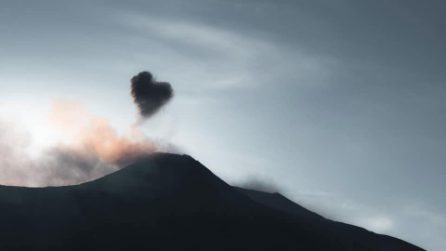 """Nuvola a forma di cuore: """"L'Etna ci mostra tutto il suo amore"""""""