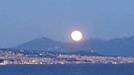 Napoli, la Superluna dei Fiori illumina il golfo