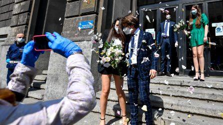 Milano, celebrati i primi matrimoni dopo il lockdown: sposi e testimoni con le mascherine