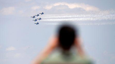 In cielo per omaggiare il personale sanitario: gli angeli blu