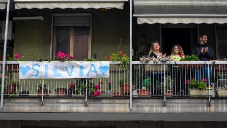 Milano festeggia l'arrivo di Silvia Romano con un lungo applauso del suo quartiere